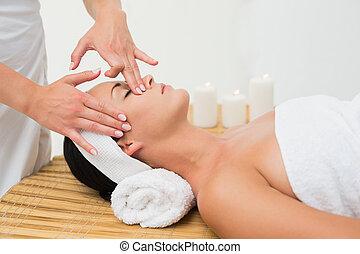 calmo, desfrutando, morena, massagem, rosto