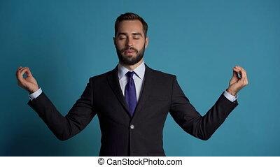 calms, homme affaires, calme, bas, motion., respire, studio, mudra, complet, meditating., beau, européen, footage., délassant, om., homme, campagne, lent, deeply