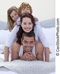 cama, crianças, pais, divertimento, retrato, tendo, feliz