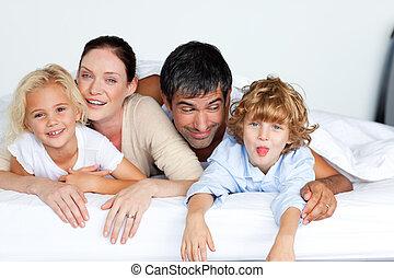 cama, junto, família, feliz