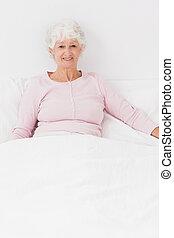 cama, mulher sorridente, sentando