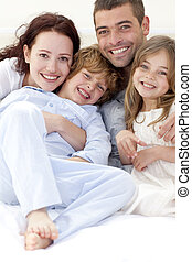 cama, retrato, mentindo, família jovem
