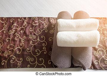 cama, sala, toalhas, spa, selecione, rolado, foco, branca, close-up, quarto hotel, cima, toalhas, serviço