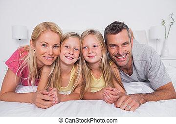 cama, seu, pais, retrato, crianças, mentindo