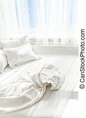 cama sin hacer, contra, ventana