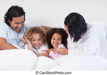 cama, sorrindo, família, sentando