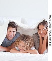cama, sorrindo, mentindo, família