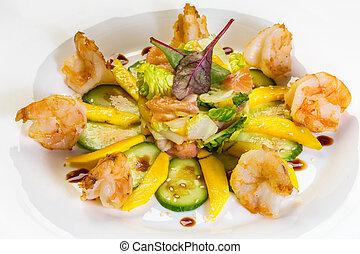 camarão grande, salada, com, manga, smock, salmão, pepino, vinagre balsamic, e, brindado, sementes sesame, isolado