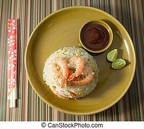 camarón, arroz frito, con, salsa, en, un, placa