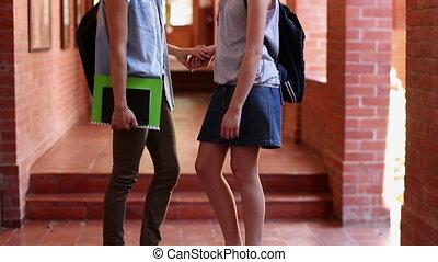 camarades classe, debout, couloir, bavarder