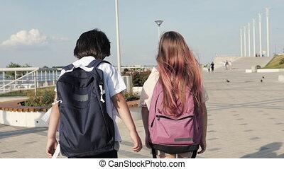 camarades classe, deux, marche, backpacks.