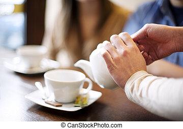 camarera, el verter, taza, de, coffee/tea
