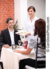 camarera, porción, un, comida, en, un, restaurante