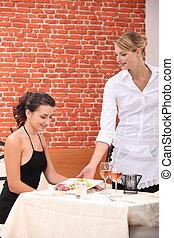 camarera, porción, un, comida