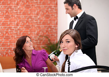 camarero de vino, actuación, un, vino espumoso, botella, a, clientes