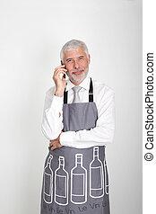 camarero de vino, hablar teléfono