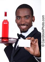 camarero de vino, tenencia, adelante, un, tarjeta comercial, izquierda, blanco, para, su, detalles