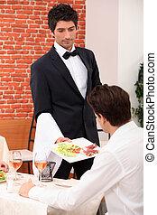 camarero, porción, un, comida, en, un, restaurante