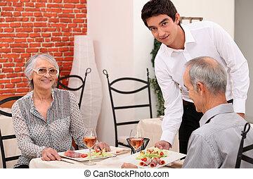 camarero, porción, un, pareja mayor