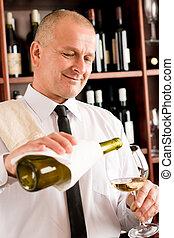 camarero, sirva, vidrio vino, feliz, restaurante