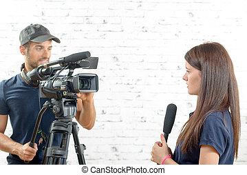cameraman, microfoon, vrouw, jonge, journalist