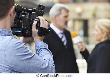 cameraman, opname, vrouwlijk, journalist, het interviewen,...