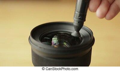 cameraman, optics., photographe, lentille, verre, stylo, vidéo, nettoyage, soigneusement, devant, professionnel, début, ou