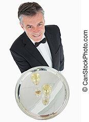 cameriere, con, vassoio argento, di, champagne