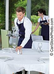 cameriere, montaggio tavola, ristorante