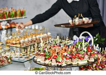 cameriere, tavola, servire, ristorazione