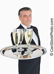 cameriere, tenendo fuori, vassoio, con, champagne