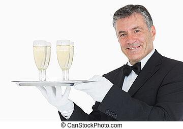 cameriere, tenendo vassoio, con, occhiali, pieno, di, champagne