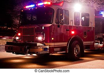 camión de bomberos, en, noche, emergencia