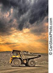 camión minero, en, ocaso