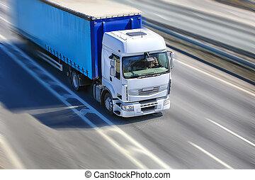 camión, se mueve, en, carretera