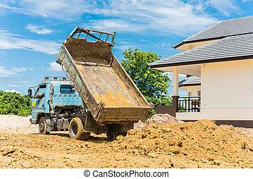 caminhão basculante, descarregando, solo, em, local construção