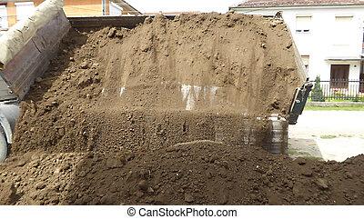 caminhão, descarregando, solo