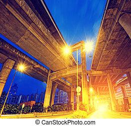 camino ciudad, paso superior, por la noche, con, luces