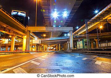 camino ciudad, paso superior, por la noche
