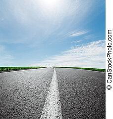 camino de asfalto, a, horizonte, debajo, cielo, con, nubes, y, sol