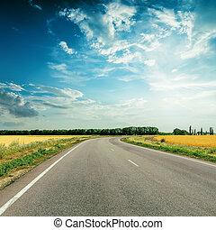 camino de asfalto, a, horizonte, debajo, cielo dramático