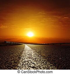 camino de asfalto, a, puesta sol roja