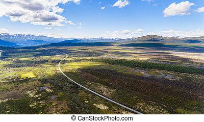 camino, en, noruega, montañas, y azul, cielo, disparo aéreo, de, zángano