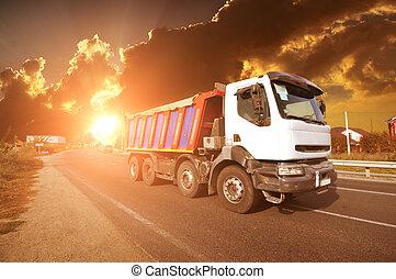 camion, ciel, route, coucher soleil, campagne, contre, décharge