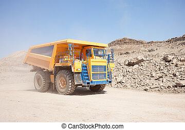camion, jaune, en mouvement, décharge mine