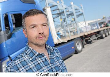 camionero, posar, delante de, vehicule
