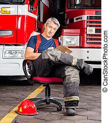 camiones, bombero, sentado, contra, escritura, mientras, ...
