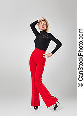 camisa vermelha, preto arqueja, loiro, mulher