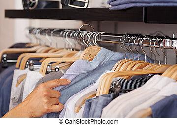 camisa, womans, selecionar, mão, cremalheira roupa, loja