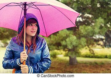 camminare, attraverso, pioggia